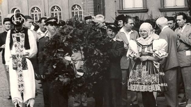 Slavnostní průvod s pietním věncem pro kolínského hudebníka.