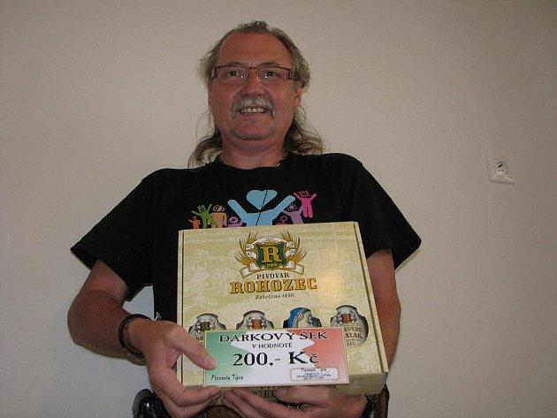 Vítěz 3. kola Tip ligy Zdeněk Hejduk si z redakce Kolínského deníku odnesl dárkový poukaz v hodnotě 200,– Kč do kolínské pizzerie Týna a také karton piv, který do soutěže věnoval pivovar Rohozec.