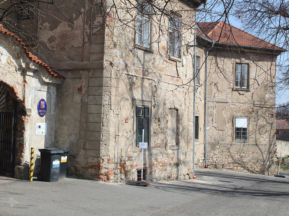 Fara v Tuklatech je spíše zámeček než vesnická stavba.