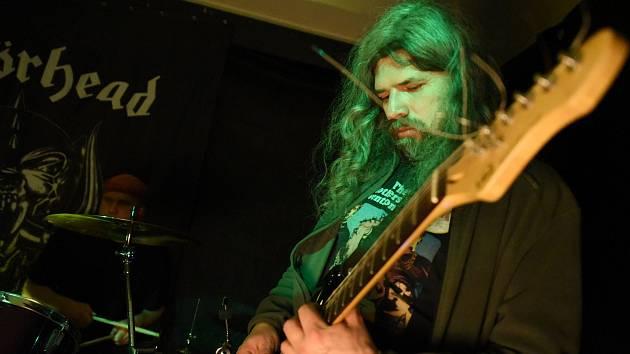 V Baru Pod Hodinama se konal hudebně nabitý páteční večer.
