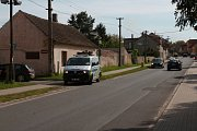 V Cerhenicích se stala dopravní nehoda, osobní auto srazilo chodce. Srážku vyšetřovali policisté.