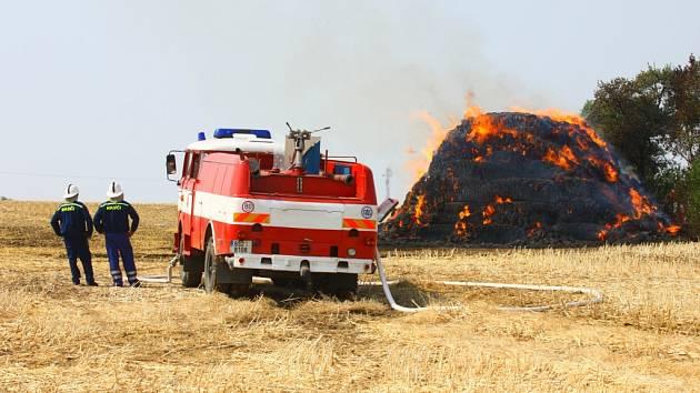 Požár mezi Cerhenicemi a Velimí.