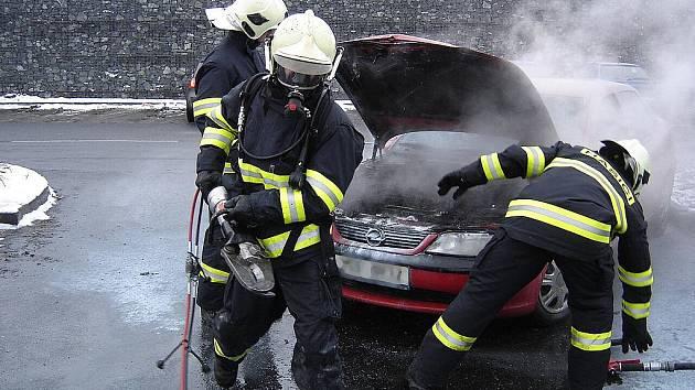 Hořící automobil na parkovišti kolínského Tesca