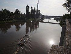Pod Masarykovým mostem probíhalo čištění po bouři.
