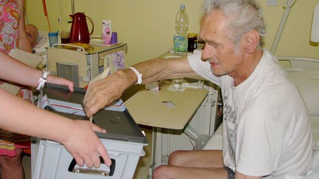 Pacienti gerontocentra Oblastní nemocnice Kolín volili do přenosné volební urny
