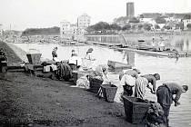 Praní prádla v čistém Labi rok 1893