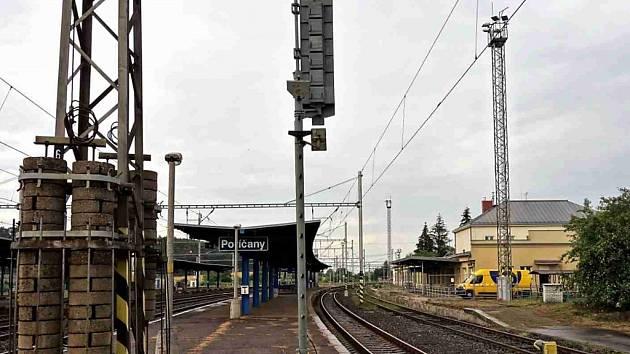 Železniční stanice Poříčany leží na trati 011 Praha - Kolín.