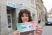 Vítězka 12. kola populární TIP LIGY Jaroslava Kumstátová získala dárkový poukaz v hodnotě 200,–Kč, který do soutěže věnovala pizzeria TÝNA.