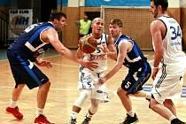Hráčům Kolína (v modrém) duel v Ostravě vůbec nevyšel. Na severu Moravě prohráli o třiatřicet bodů.