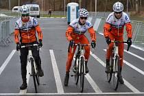 Závodníci kolínské stáje Remerx - Merida - Team na tréninku. Zleva junior Jaroslav Vojíř, eliťák Tomáš Paprstka a třiadvacítkář Štěpán Schubert.