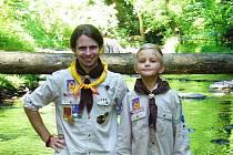 Michal Peroutka (vlevo) s mladším skautským kolegou