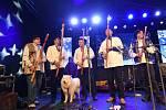 Kolínský vánoční strom se letos rozsvítil v rytmu bluegrassu