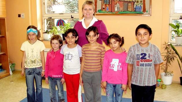 S prvňáčky se vyfotografovala ředitelka školy Miloslava Nykodemová.