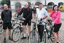 Hejtman vyrazil na Kolínsko na kole