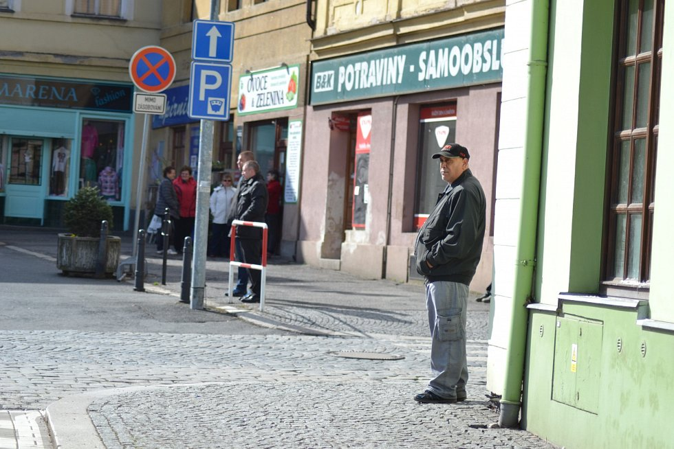 Miloš Zeman zavítal do terapeutického centra Modré dveře, venku na něj čekali jeho příznivci.