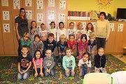 1. D  1. základní školy Kolín s třídní učitelkou Evou Mrázkovou a asistentkou Květou Berkovou