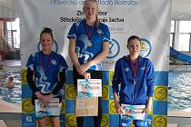 Kolínská plavkyně Blanka Lelková (uprostřed) se stala na Zimním krajském přeboru žactva pětinásobnou mistryní. Medaile brali i další borci kolínského oddílu.