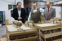 Návštěva ministra Marcela Chládka na jedné z jeho zastávek, na fotografii Střední odborné škole stavební v Kolíně.