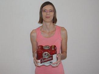 Jana Dvořáková z Kolína získala karton piv značky Gambrinus. Cenu převzala dcera Jana.