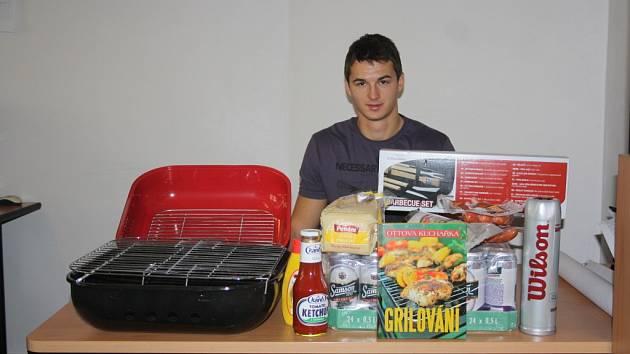 Vítěz Pavel Kruliš z Kolína získal za vítězství v podzimní části gril s příslušenstvím, dárkový koš, knížku o grilování a tenisové míčky.