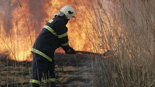 Obyčejné pálení čarodějnic může přerůst v požár obrovských rozměrů. Hasičům to přidělává vrásky na čele.