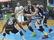 Z utkání nadstavby BC Geosan Kolín - Nymburk (74:84).
