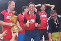 Štěpán Kacafírek (uprostřed) se 28. července 2007 výrazně zasloužil o prvenství 1. FC Naděje na 10. ročníku Pukma Cupu - vyhlášeném turnaji v malé kopané v Červených Janovicích na Kutnohorsku.