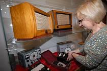 Alena Nekolová instaluje výstavu historické radiotechniky.