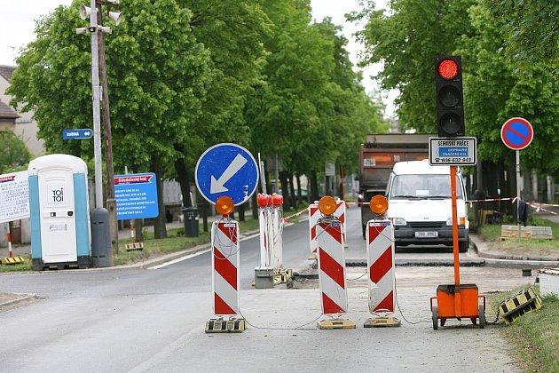 Veltrubská ulice byla částečně zprůjezdněna, zůstávají některá dopravní omezení.
