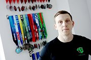 Diagnostikovali mu Bechtěrevovu nemoc. Michal Pokorný poté začal sportovat a je osobním trenérem.