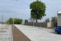 Parkoviště P+R u nádraží v Pečkách.