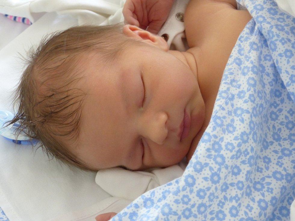 Adrian Viktor Konderla se narodil 28. června 2021 v kolínské porodnici, vážil 3610 g a měřil 50 cm. V Červených Pečkách se z něj těší sourozenci Viktor (6), Emma (4) a rodiče Kamila a Martin.