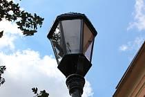 První historizující lampy byly osazeny v Kouřimské ulici.