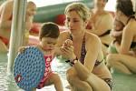 Plavání miminek v kolínském Vodním světě