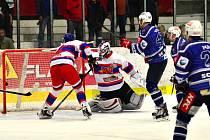 Hokejisté Kolína (v modrém) vyhráli doma nad Nymburkem dvoubrankovým rozdílem 4:2. Na snímku právě střílejí jeden ze čtyř gólů.