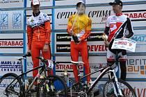 Tomáš Paprstka (uprostřed) má důvod k oslavě. Právě se stal vítězem Českého poháru na horských kolech. Z druhého místa mu kryl záda Filip Eberl (vlevo).
