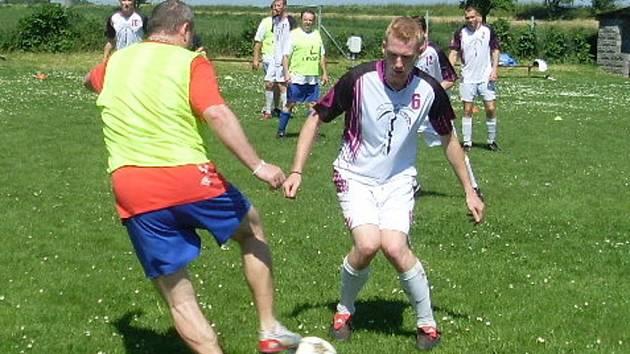 Z utkání Naivní FC - Hero Palma Tým (4:2).