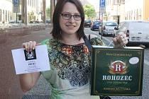 Markéta Syrová z Kolína získala za vítězství karton piv značky Rohozec a poukazv hodnotě 100,-Kč do kolínské kavárny Kristián.