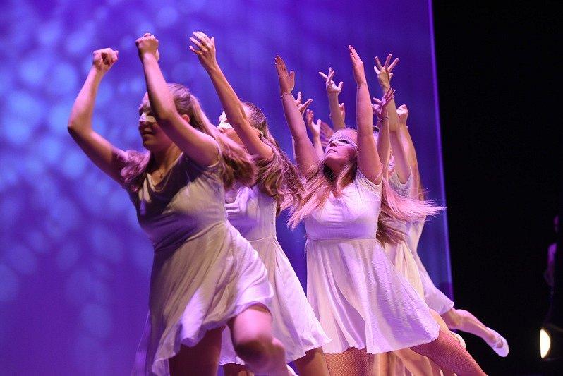 Celkem pětadvacet tanečních programových bodů měl Galavečer tanečních oborů Základní umělecké školy Františka Kmocha v Kolíně, který se uskutečnil v pátek v Městském divadle.