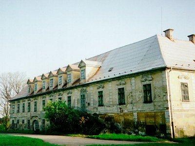 Kdysi býval zámek ozdobou s arboretem i růžovým parkem.