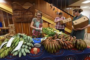 Po prázdninách se do velkého sálu Městského společenského domu opět vrátili prodejci exotického afrického ovoce.
