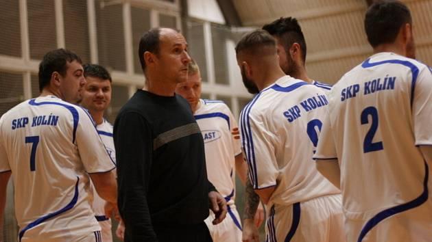Futsalový trenér Michal Škopek (v tmavém)