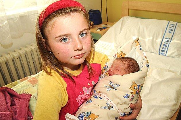 Osmiletá Kristýna si přišla do kolínské porodnice pochovat sestřičku Karolínu Petrnouškovou, která při narození 15. dubna vážila 3 190 gramů a měřila 50 centimetrů. Domů do Ovčár si jej odvezli rodiče Kateřina a Jaroslav.
