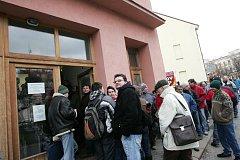 Pondělní fronta na dopravce v Kolíně