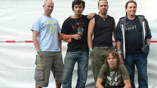 Kapela Pěchota: basista Václav Kalaš (stojící zleva), kytarista Ondřej Pátek, zpěvák Mirek Kohout a bubeník Milan Vipler. Dole sedí kytarista Matěj Koudelka