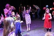 Děti v Kolíně slavily příchod nového roku už v poledne.