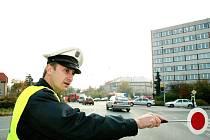 Policisté řídili dopravu na velkém kruháku.