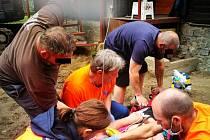 Pomoc muži, u kterého se po bodnutí hmyzem rozvinul anafylaktický šok, jenž skončil zástavou oběhu.