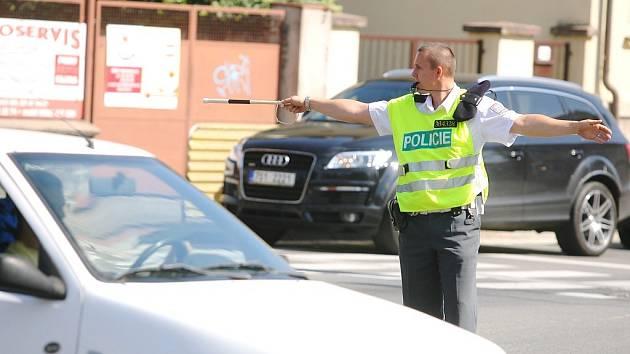 Policisté řídí dopravu na křižovatce ulic Jaselská, Žižkova a Legerova