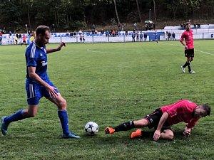 K nejlepším hráčům Českého Brodu patřil střední záložník Tomáš Michálek (vlevo).